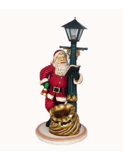 Jultomte som står vid en Lyktstolpe